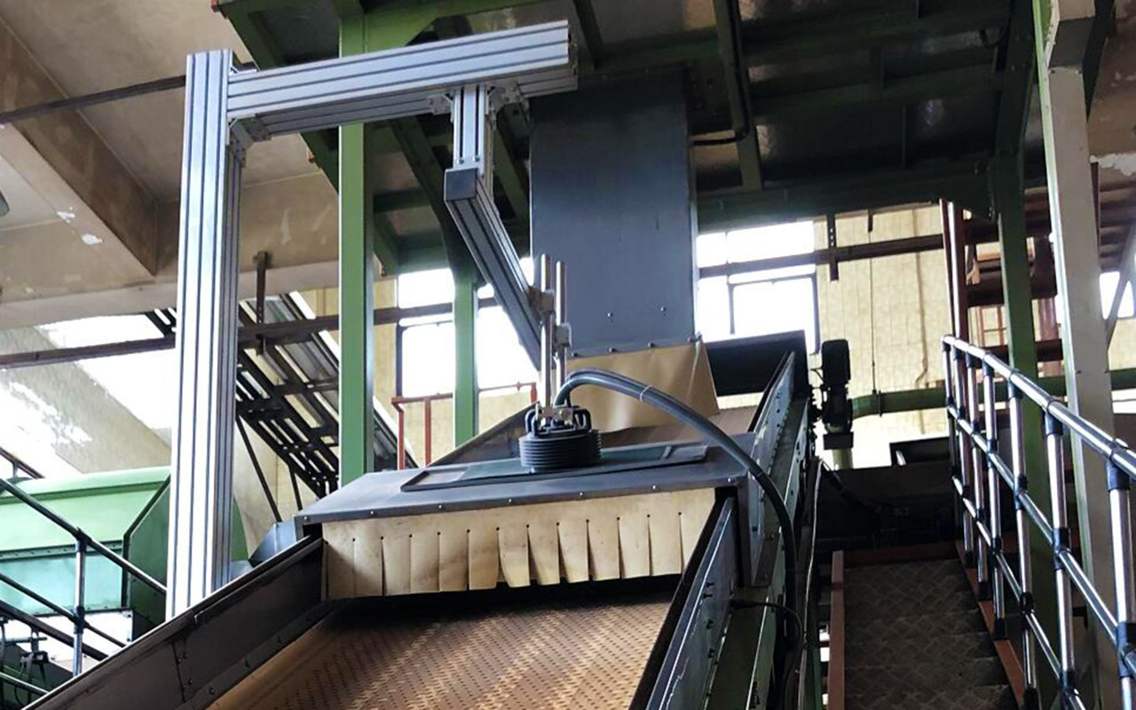 Installation of a contactleas measurement head for FT-NIR analysis over a conveyor belt in the tobacco industry
